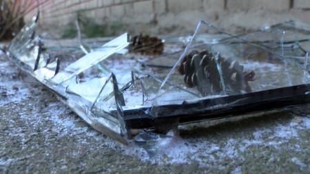 """В Сопот бурният вятър във вторник изпочупи стъклата на гимназия """"Ген. Владимир Заимов"""" в града."""