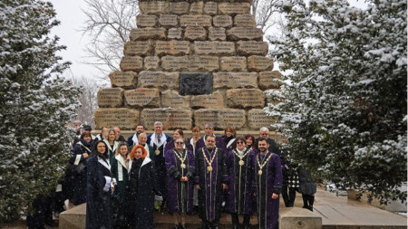 Медицински университет – София отдаде почит към загиналите във войните медици и поднесе венци на Докторския паметник в столицата