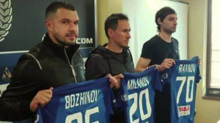 Валери Божинов, Живко Миланов и Мартин Райнов позират с екипите на Левски