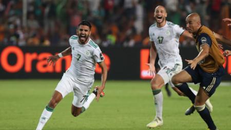 Рияд Марез (№7) е полудял от радост, след като е отбелязал победния гол за Алжир.