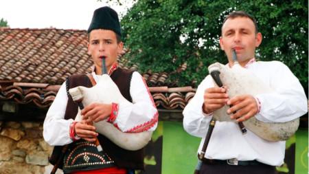Потомствените гайдари Пейо и Марин Христови (баща и син) на събора в Копривщица, 2010 г.