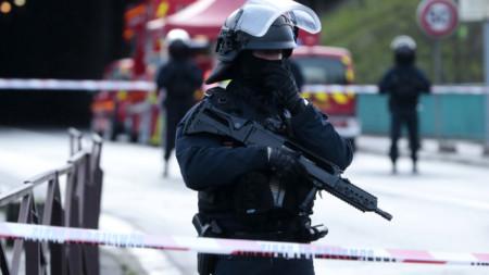 Полиция блокира района на атаката в парк във Вилжюиф, на 7 км южно от центъра на Париж