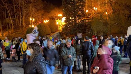 Габрово не изневери на наложената през последните години традиция да изпраща старата година на 30 декември, първи на планетата. Макар и в условия на епидемия, местната управа организира за габровци празничен концерт на централния площад.