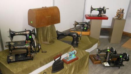 """Част от дарените експонати за музея във Велико Търново, след които има много шевни машини, включително """"машината на Хитлер"""" (вляво горе)."""