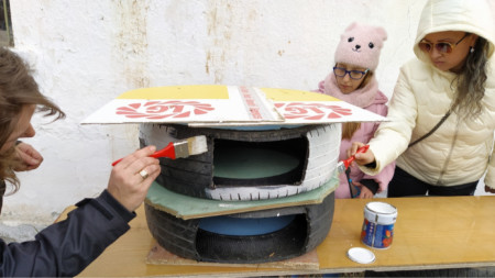 Доброволци правят къщи за котки от стари гуми