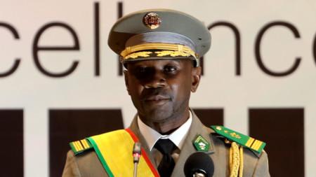 Полковник Асими Гойта положи клетва на 7 юни 2021 г. по време на церемония в столицата на Мали Бамако и определи февруари 2022 г. за избори след отстраняването на бившия преходен президент.