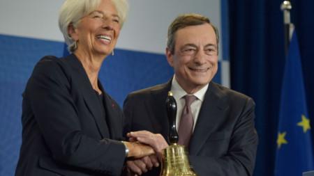 Марио Драги предаде звънеца, с който се откриват заседанията на ЕЦБ на Кристин Лагард в понеделник, но формално нейният мандат започва днес.
