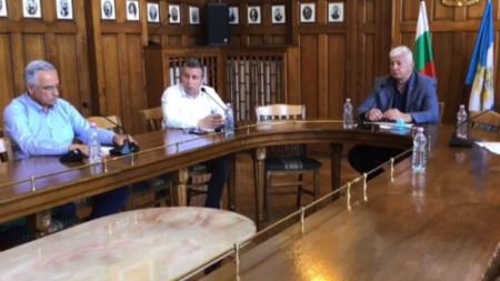 Кметът Здравко Димитров, неговият заместник Анести Тимчев и предсидателят на ОКЩ д-р Калин Калинов
