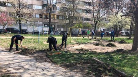 Пролетно почистване в столичния квартал