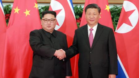 Ким Чен-ун (вляво) и Си Цзинпин по време на срещата им в Пхенян