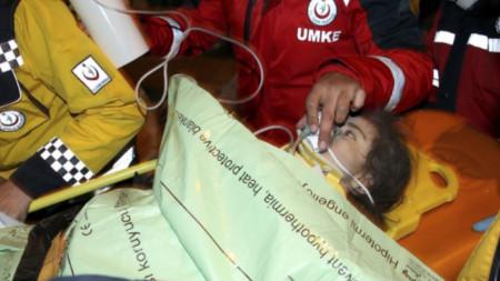 Depremde yıkılan binanın enkazından ekipler 24 saat sonra 3 yaşındaki bir kız çocuğunu ve annesini kurtardı.