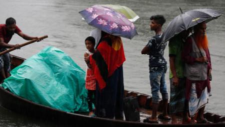 "В Бангладеш бяха евакуирани над 300 000 души заради циклона ""Булбул""."