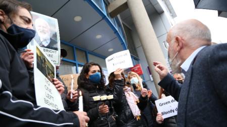 Frans Timmermans (l.) trifft sich mit Gewerkschaftern