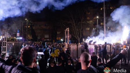Футболистите на Ботев запалиха факли заедно с феновете
