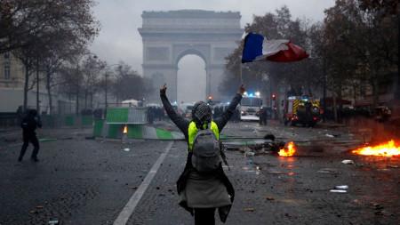 """Отмяната на увеличаването на акциза върху горивата бе едно от основните искания на лидерите на """"жълтите жилетки"""", чиито протести се превърнаха в бунт срещу президента Еманюел Макрон."""
