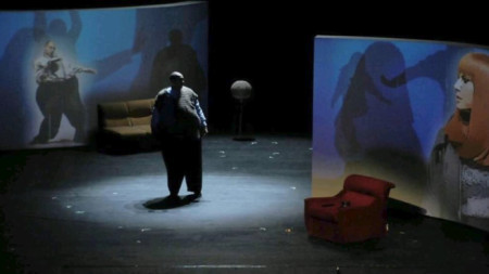 """Спектакълът """"Натюрморт със затлъстял племенник"""". Снимка: архив КДТ """"Иван Радоев"""" - Плевен"""