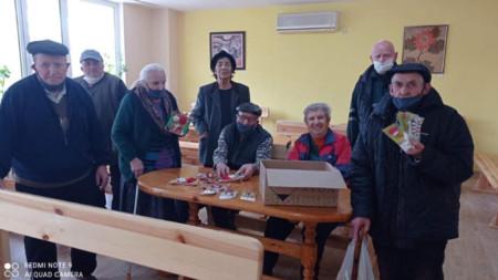 Обитателите на Дома за стари хора в Кърджали измайсториха мартенички