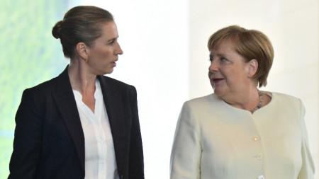 Ангела Меркел (вдясно) по време на срещата си с министър-председателката на Дания Мете Фредериксен