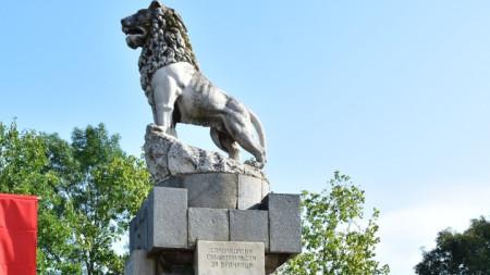 Врачани се събраха пред военния паметник в града, известен като