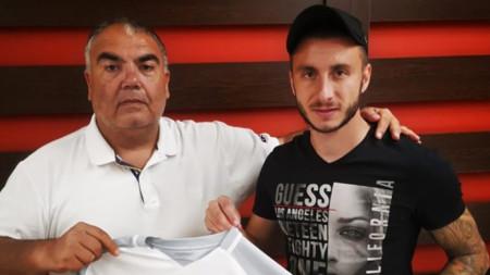 Карачанаков позира с фланелката на Царско село, връчена му от изпълнителния директор Андреевски.