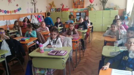 """Ученици от основното училище """"Петко Славейков"""" във Велико Търново."""