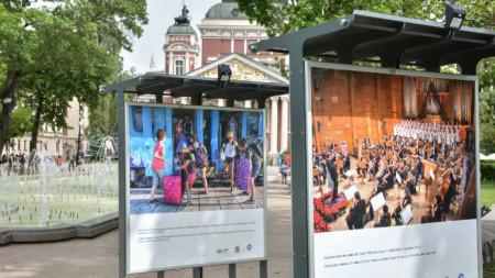 Кадрите на Тихомира Методиева – Тихич са експонирани пред Народния театър до 2 юни.