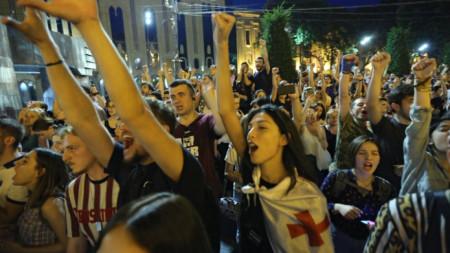 Протестиращите искат оставката на вътрешния министър, освобождаване на задържаните в четвъртък  демонстранти и провеждането на парламентарни избори по пропорционална избирателна система.