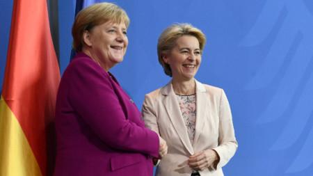 Урсула фон дер Лайен (вдясно) се срещна днес с германския канцлер Ангела Меркел в Берлин.