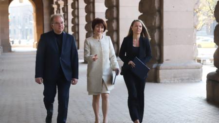 Десислава Атанасова (в средата), Дани Каназирева и Радомир Чолаков.