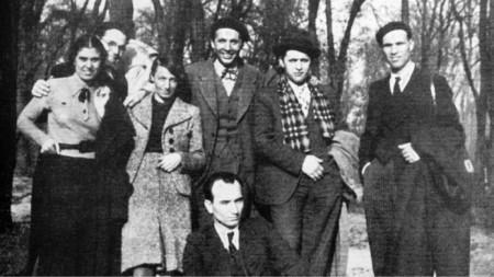 Париж, 1933 г. – втората от ляво на дясно е Васка Емануилова