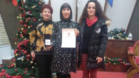 От името на екипа на Радио Благоевград плакета и грамотата получи Силвия Домозетска (в средата)