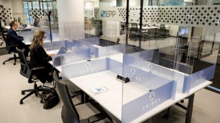 Така изглежда офисът в холандска компания след ограниченията заради Covid-19.