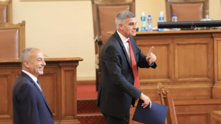 Вицепремиерът Гълъб Донев (вляво) и премиерът Стефан Янев преди блицконтрола в парламента.