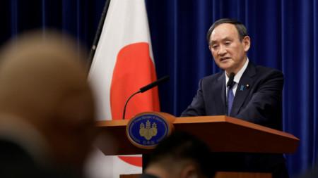 Японският министър-председател Йошихиде Суга обявява мерките срещу коронавируса на брифинг в Токио - 7 януари 2021