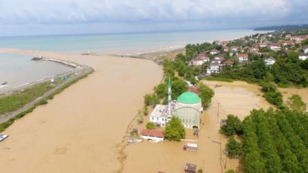 Последици от наводнението в турската област Дюздже, която е планинска и реките ѝ се вливат в Черно море.