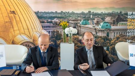 """Отляво: Алесандро Таппи – Директор инвестиции в Европейския инвестиционен фонд /ЕИФ/.  Отдясно: Ангел Джалъзов – Изпълнителен директор на МФИ """"Джобс"""" - финнасова група на ББР."""