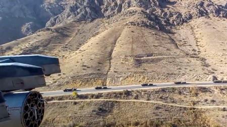 Кадър, предоставен от пресслужбата на руското министерство на отбраната, показва колони от руски миротворци, които преминават през Армения до Нагорни Карабах, от руски военен хеликоптер.