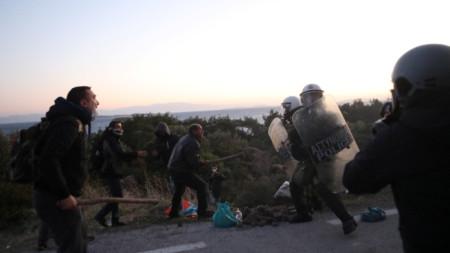 Сблъсъци на местни жители със силите на реда на остров Лесбос.