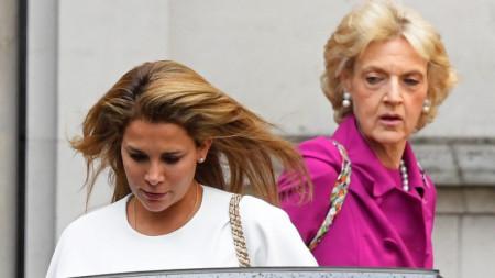 Принцеса Хая (вляво) с адвокатката си баронеса Фиона Шакълтън на излизане от съд в Лондон.