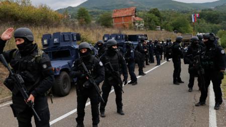 Отделът за специални операции на косовската полиция патрулира в района до граничния пункт между Косово и Сърбия в Ярине, 22 септември 2021 г.