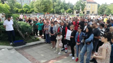 Около 500 жители на с. Самораново протестираха в събота пред общината в Дупница.