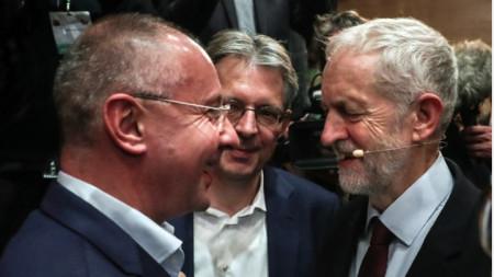 Сергей Станишев и лидерът на британските лейбъристи Джереми Корбина на конгреса на ПЕС в Лисабон