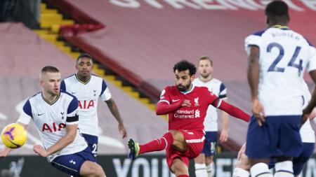 Мохамед Салах (в средата) вкара първия гол за победата на Ливърпул над Тотнъм