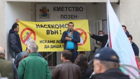 Протестът пред кметството на село Лозен
