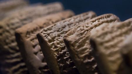 """Снимката е илюстративна -глинени плочки, част от изложбата """"При реките на Вавилон"""" в Музея на библейските земи в Йерусалим, 2015 г."""