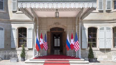 Знамената на САЩ, Русия и Швейцария пред входа на вила La Grange в очакване на срещата между американския президент Джо Байдън и руския президент Владимир Путин, насрочена за 16 юни 2021 г. в Женева.