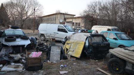 Част от депото за крадени авточасти и автомобили в радомирското село Долни Раковец.