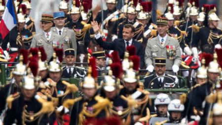 Президентът Еманюел Макрон на парада за националния празник на Франция в Париж.