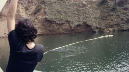 """Фотография от пърформанс """"Езеро и лента"""", 1985, дигитален печат, Албена Михайлова."""