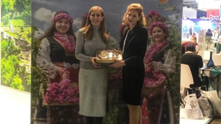 """Министърът на туризма Николина Ангелкова разговаря с генералния директор на Асоциацията на регионите на Русия Светлана Ануфриенко в рамките на международната туристическа борса """"Интурмаркет 2019"""" в Москва."""